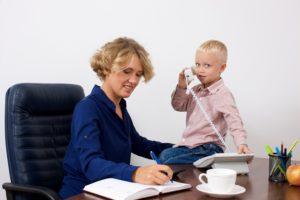 子育てをしながら仕事をする女性