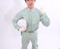 ヘルメットを持つ作業服の男性