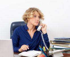 デスクで電話を掛ける女性